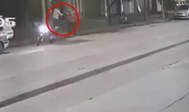 Se le quedó la moto, pensaron que iba a robar y lo mataron