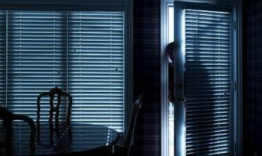 """LAS VARILLAS: """"Estaba en ropa interior, comiendo"""" contó la hija de la mujer que encontró un extraño en su casa."""