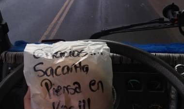 SACANTA: UN HOMBRE LE DA COMIDA A LOS CAMIONEROS.